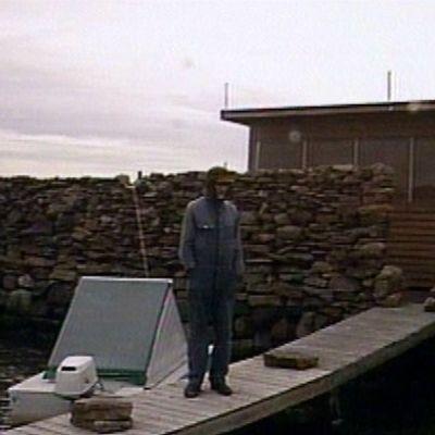 Porilainen Osmo Vargelin itse rakentamansa saaren laiturilla.