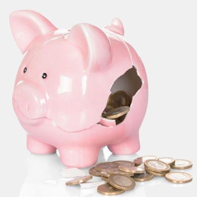 En gris sparbössa som är sönder och euro mynt ligger bredvid. Fpa logo i hörnet på en flygande säck av pengar.