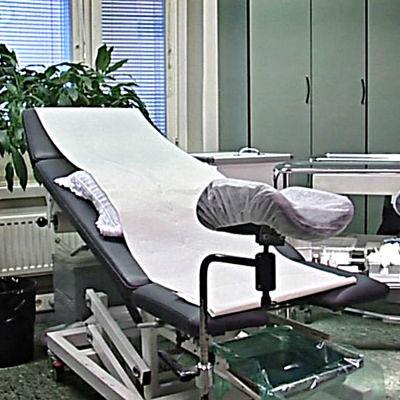 Gynekologstol i ett sjukhusrum
