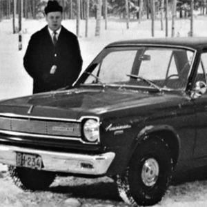 Toimittaja esittelee autoa Moottoriruutu-ohjelmassa