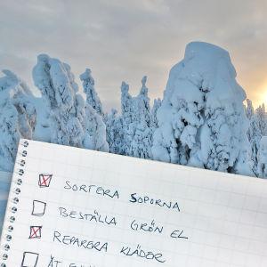 """Ett häfte där det står """"Sortera soporna"""", """"Beställ grön el"""" och """"Reparera kläder"""". I bakgrunden syns en snöbeklädd skog. Bakom träden skymtar solen fram."""