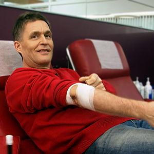 Akuutin omalääkäri Risto Laitila luovuttaa verta.