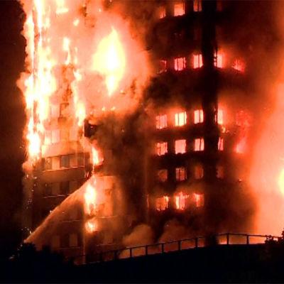 Brand i 27 våningar högt bostadshus i London den 14 juni 2017.