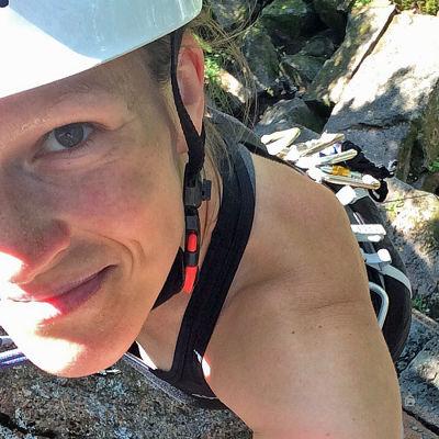 Monica Eklund klättrar