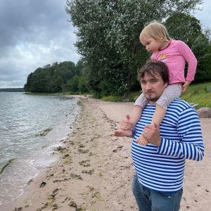 Elias Vartio med sin dotter Vilde i Lappvik.