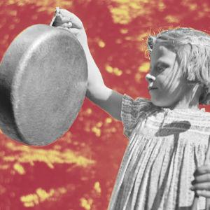 Tyttö ilmoittaa ruoka-ajasta lyöden gongia (kattilan pohjaa).