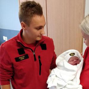 Jens Wiman med kollega i ambulansen hjälpte babyn till världen. Foto: Västra Nylands Räddningsverk.