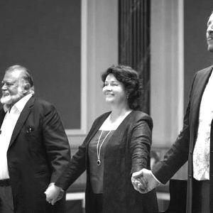Näyttelijä Esko Salminen, pianisti Marita Viitasalo ja basso Mika Kares loppukiitoksissa.