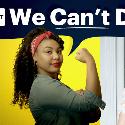 """Fanna och Michaela och ovanför dem står det """"We can´t do it"""". Fanna är klädd i jeansskjorta och röd scarf och spänner sina biceps. Michaela klädd i vit spetsblus."""