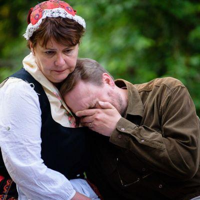 Ingvar (Matias Norrgrann) gråter i Eivors (Michaela Esch) famn.