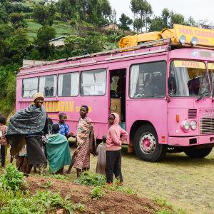 Bild på rosa bussen i Uganda