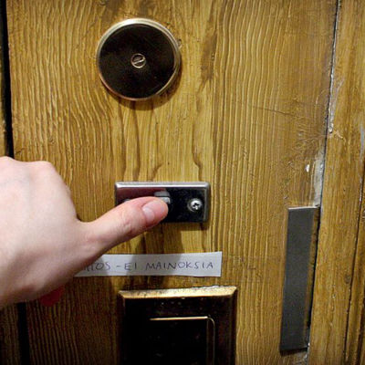 Personer som ringer på dörrklockan.