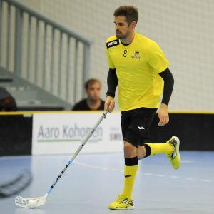 Wilhelm Wainio löper med bollen klistrad i klubbladet.