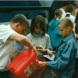 Tjernobylbarnen på väg på sommarläger i Nykarleby.