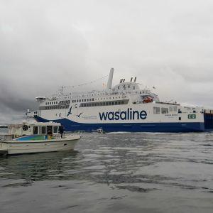 Vaasan satamassa ja satama-alueen tuntumassa odotellaan uutta alusta 25.8.21
