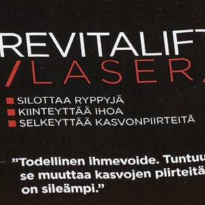 Lähikuva Revitalift-kasvovoiteen mainoksen mainosväittämistä.