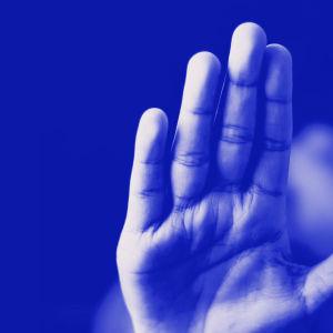 Kuvassa mies yrittää murtaa oven sorkkaraudalla ja teksti oma luottokielto, digitreenit