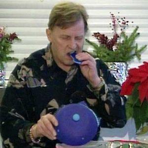 Bror-Erik Wallenius syö hattunsa.