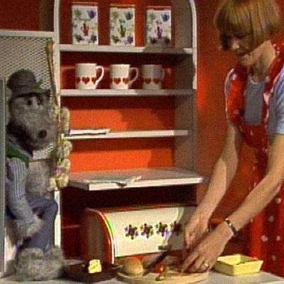 Ransu ja Helena laittavat haukkapalaa.