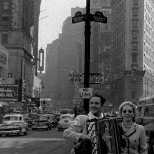 Onni Laihanen soittaa harmonikkaa Broadwaylla (1947).