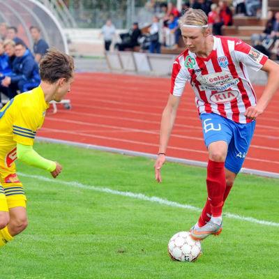 BK-46:s John Fagerström dribblar med bollen.