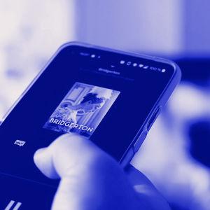 Digitreeni-artikkelin pääkuvassa näkyy kännykkää, jossa on Yle Areena auki ja taustalla tv-ruutu. Kuvassa tekstit: Heijasta kuva televisioon, Digitreenit ja yle.fi/oppiminen.