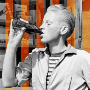 Ung kille dricker limonad.