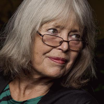 Författaren Agneta Pleijel med glasögon på näsan tittar från sitt håll sett åt vänster.