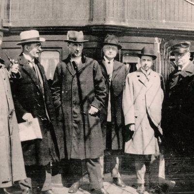 Laivassa matkalla Tarton rauhanneuvotteluihin vuonna 1920. Kuvassa vasemmalta Väinö Tanner, Väinö Voionmaa, Väinö Kivilinna ja Rudolf Walden. Äärimmäisenä oikealla Juho Vennola, jonka vasemmalla puolella Alexander Frey. Kolmantena oikealta J