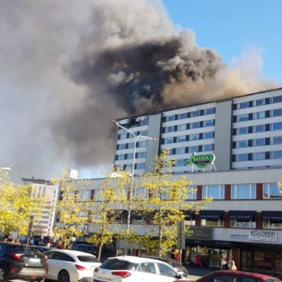 Höghuset Keskuskartano i centrum av Björneborg brinner.