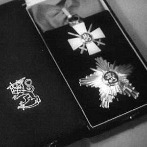 Dokumentissa kerrotaan Suomen kunniamerkkijärjestelmän 100-vuotisesta historiasta.
