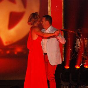 mies ja nainen tanssi lavalla