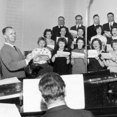 Peipposet-kuoro laulaa Mikko von Deringerin johdolla studiossa.