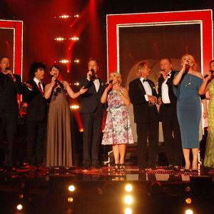 ihmisiä laulamassa lavalla