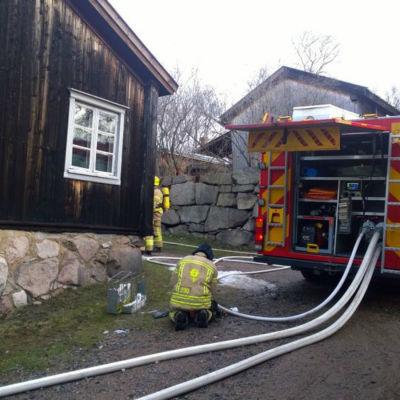 En hotande brand härjade i ett hus på den historiska Klosterbacken i Åbo 30.1.2016.