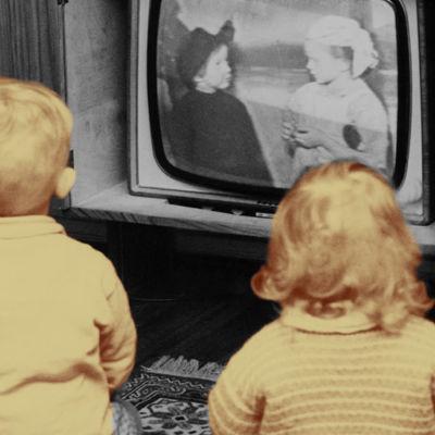 Barn tittar på tv.