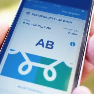 En mobilskärm med HRT:s nya zonbiljett i mobilform.