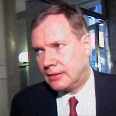 Pääministeri Paavo Lipponen kiirehtii toimittajien ohi.
