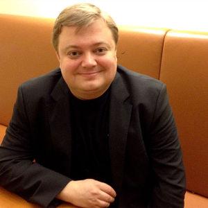 Kapellimestari Mikko Franck Wienin valtionoopperan takahuoneessa.