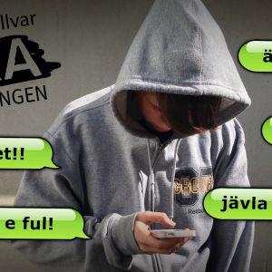 En pojke håller en smarttelefon i handen och läser kränkande sms. Han kallas fet och ful.