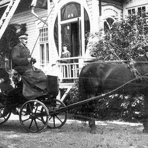 Hästskjuts vid direktörsvillan i Furuvik 1920