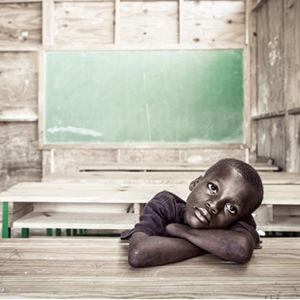 mörkhyad pojke i klassrum