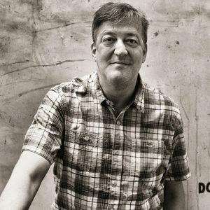 Stephen Fry homofobian jäljillä. Yle kuvapalvelu / Maverick Television.