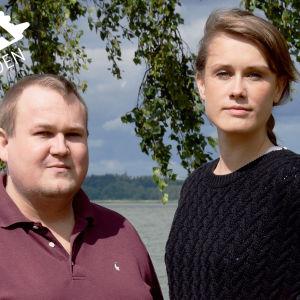 Peter Sjöholm och Eva-Maria Koskinen vid en strandbjörk