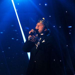 Mies laulaa