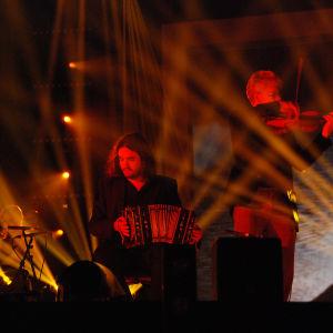 bändi soittaa lavalla