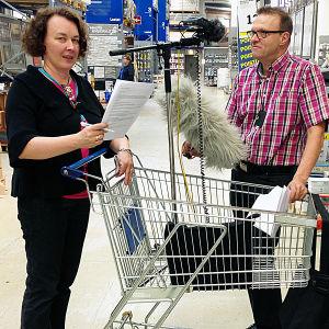 Johanna Korhonen ja Pentti Männikkö äänittämässä rautakaupassa