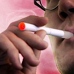 Mies polttaa sähkösavuketta
