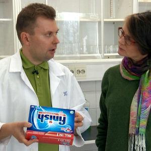 Kemian lehtori Veikko Roiko-Jokela Katja Sollan haastateltavana