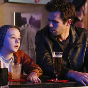 About A Boy-sarjan Marcus (Benjamin Stockham) ja Will (David Walton)